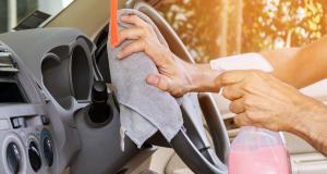 Entretien de ma voiture : 3 conseils pour nettoyer un volant en plastique