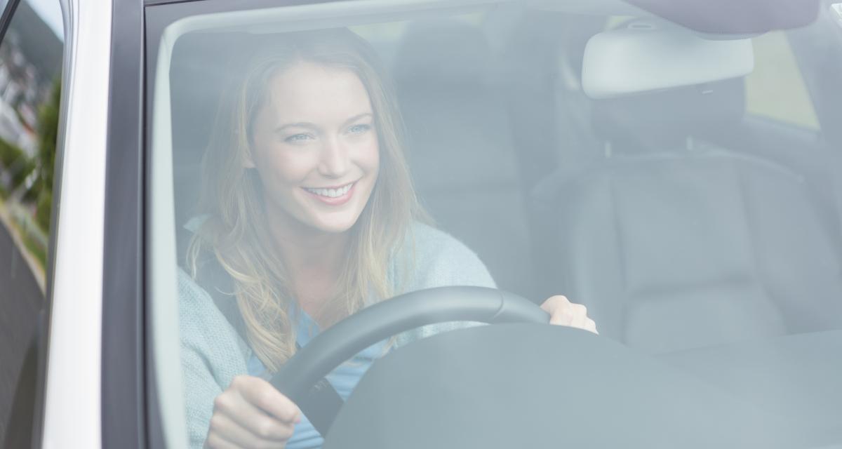 Après 100 kilomètres dans sa nouvelle voiture, elle réalise qu'elle n'est pas seule à bord