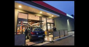 Quand une simple leçon de conduite termine dans la façade d'un Burger King