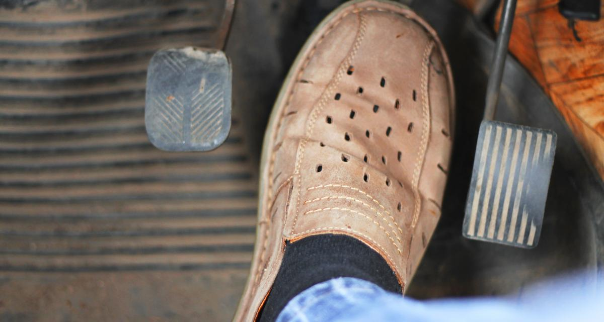 Sans permis il tente de berner la police mais oublie une chaussure près de la pédale
