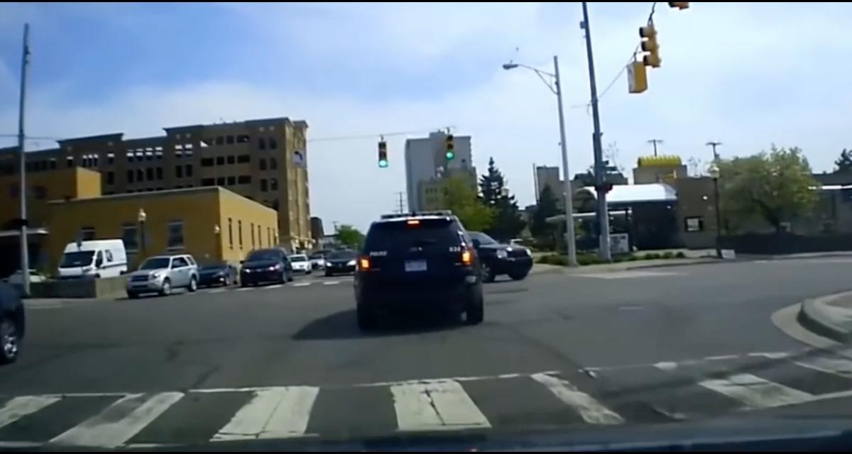 Ce policier fait preuve d'un sacré réflexe après s'être fait coupé la route par un chauffard (vidéo)