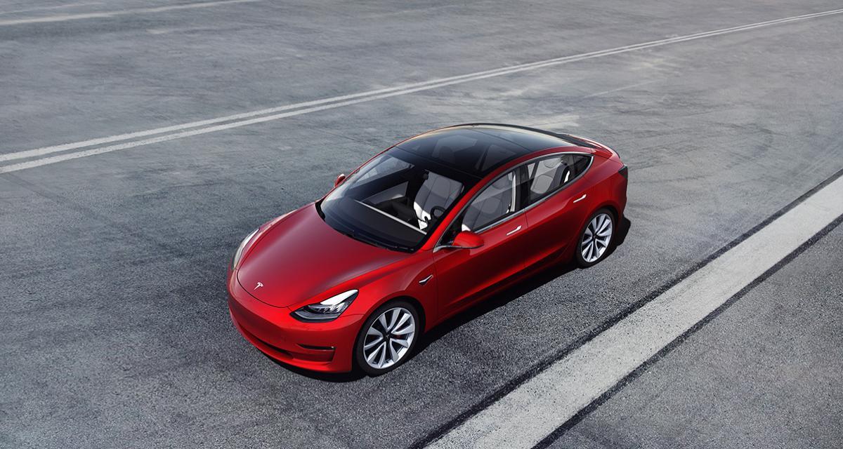 Pas simple de bousculer une Tesla Model 3 lancée à pleine vitesse (vidéo)
