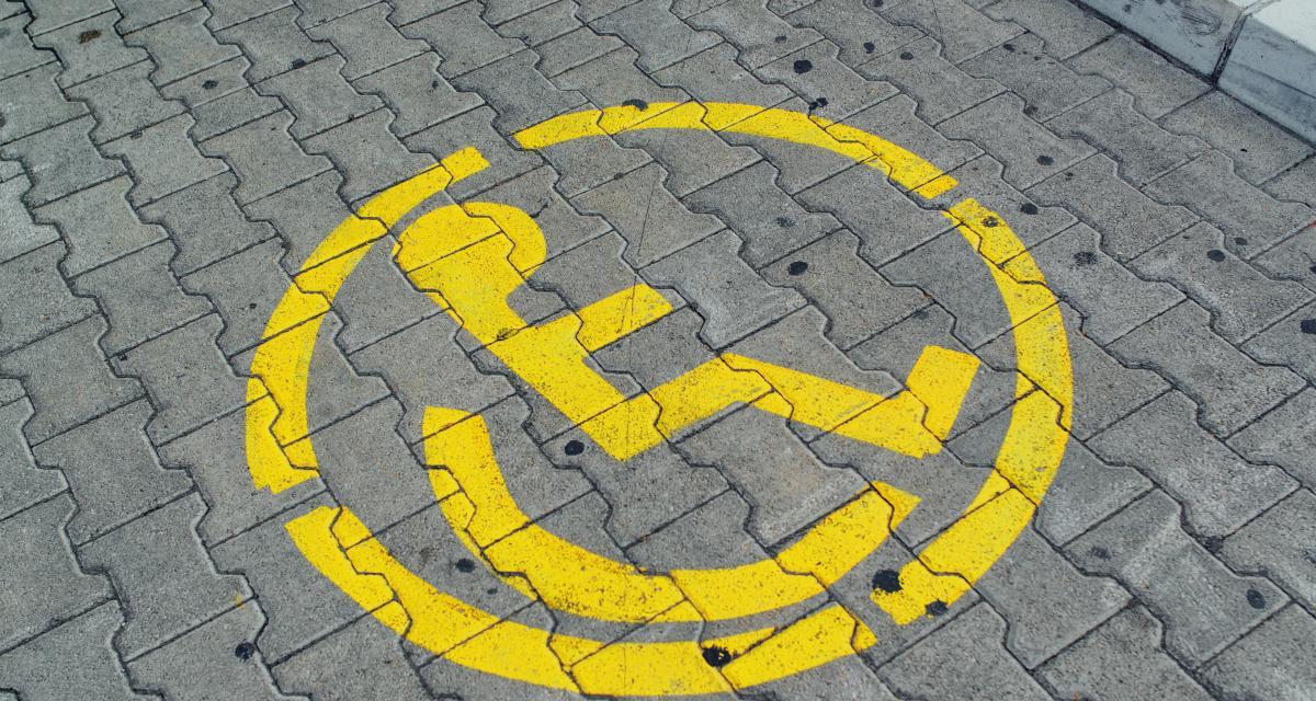 Un footballeur anglais provoque un tollé en garant son Urus sur une place réservée aux handicapés