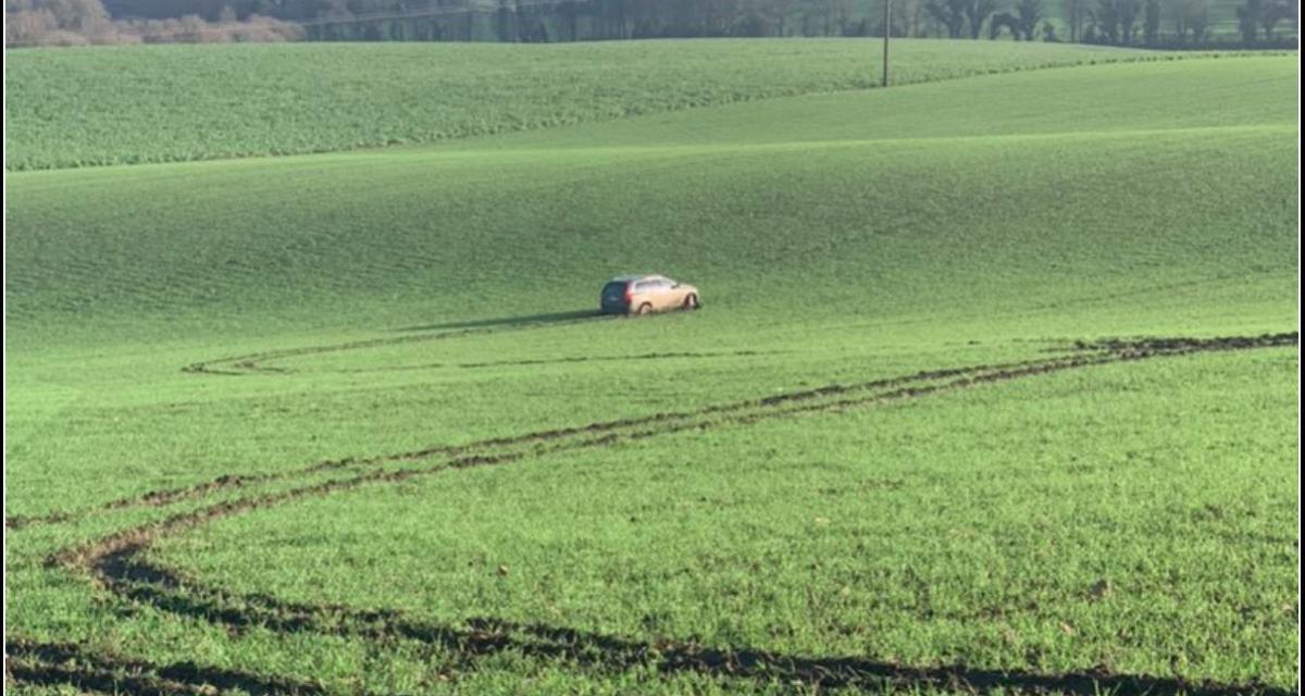 Un 4x4 détruit un champ en Bretagne, l'agricultrice affiche le conducteur sur Twitter