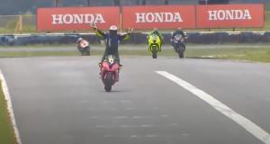 Il célèbre sa première place en avance et termine troisième sur la ligne en Superbike (vidéo)