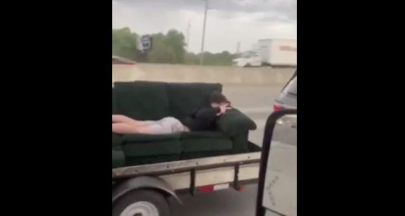 VIDEO. Faire la sieste dans son canapé ok, mais sur l'autoroute ça devient tout de suite plus dangereux