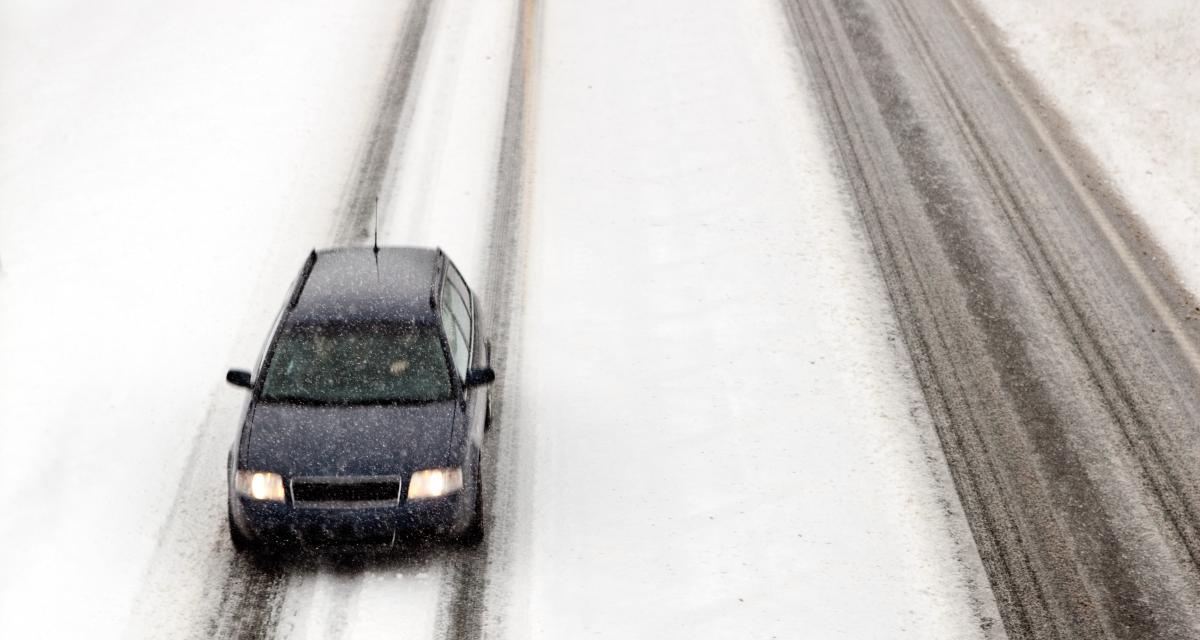 VIDEO - Sous la neige, ces voitures nous offrent une course pleine de suspens (c'est faux)