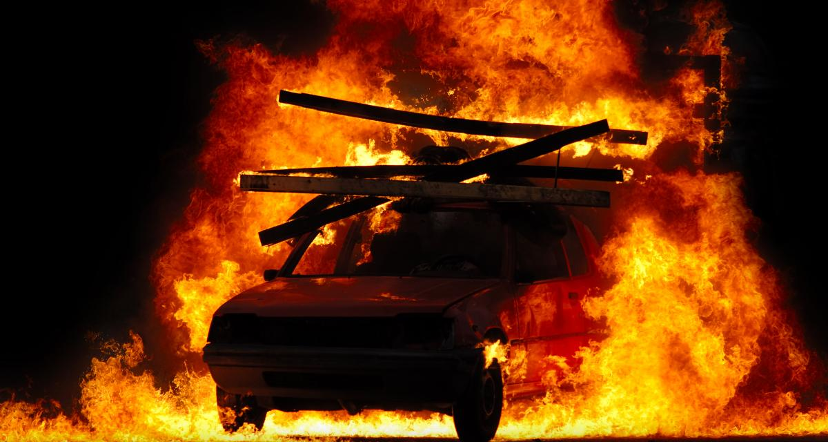 Le génie du jour : il met le feu à sa voiture pour toucher l'assurance expirée la veille...
