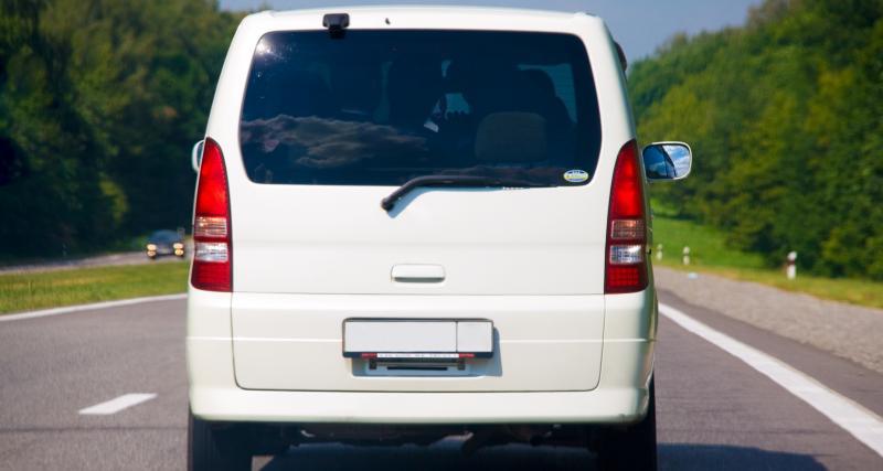 Il avait caché sa plaque d'immatriculation pour éviter les radars, un jeune conducteur pris à son propre jeu