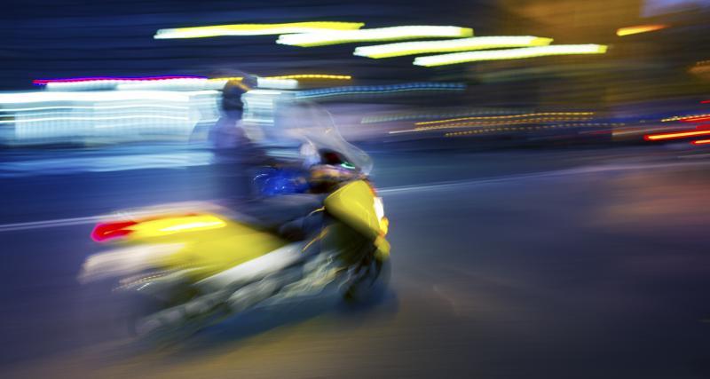 Il entame un petit rodéo à scooter pour impressionner ses amis, pas de bol, la police a tout vu