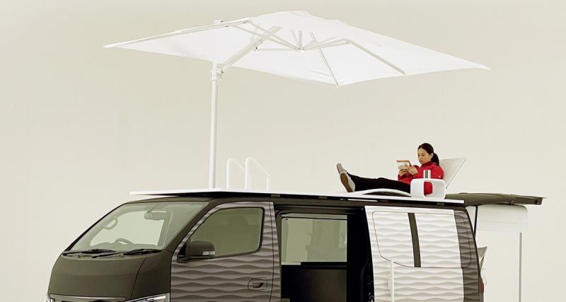 Rooftop avec chaise longue et parasol