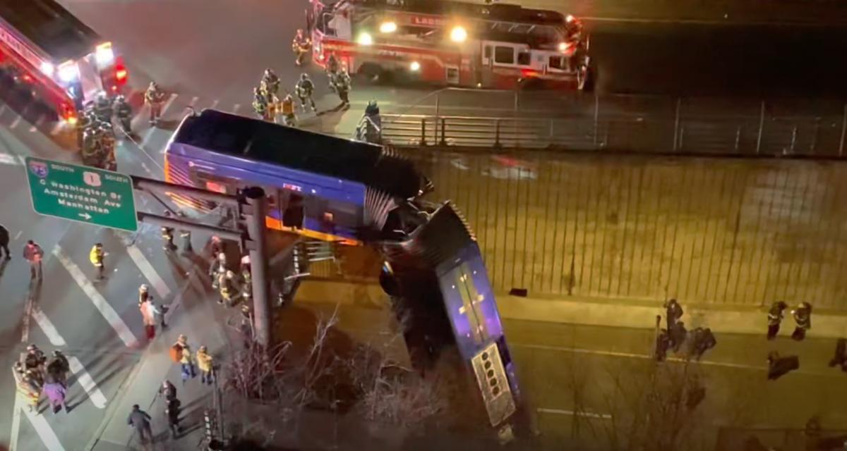 VIDEO - Un bus se retrouve suspendu en plein New-York, belle frayeur pour les passagers