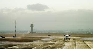 VIDEO - Ivre, il prend un mauvais virage et finit sur la piste d'un aéroport