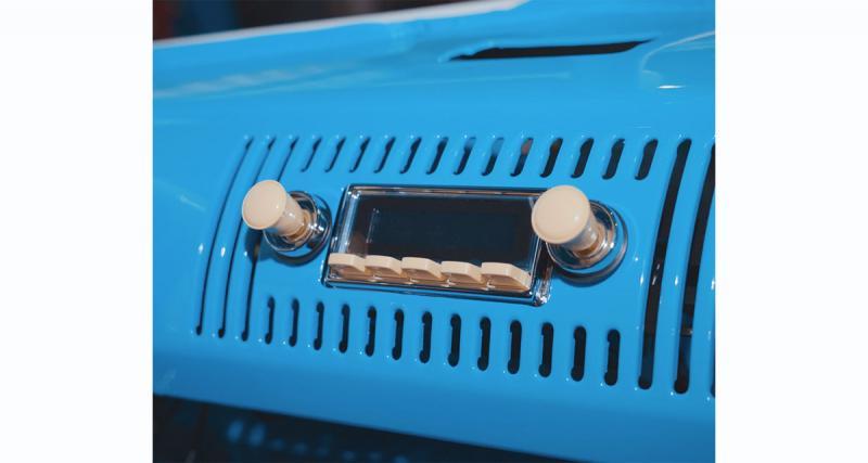 Un autoradio high-tech au look rétro pour le combi VW T1