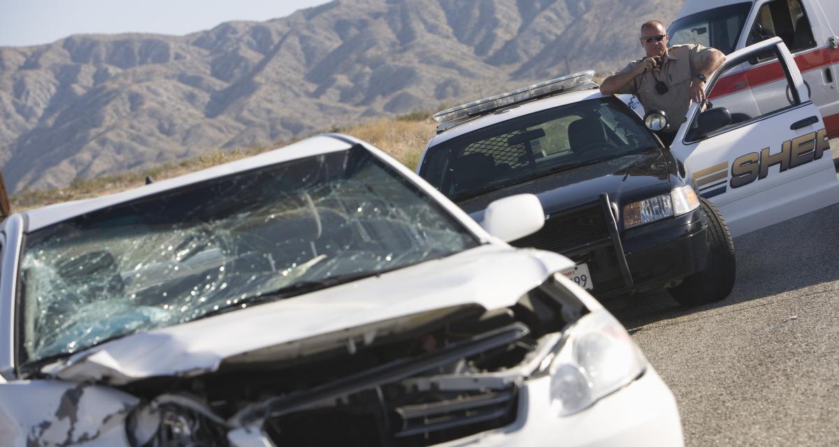 Une Corvette complètement détruite après à un accident dans une course de rue