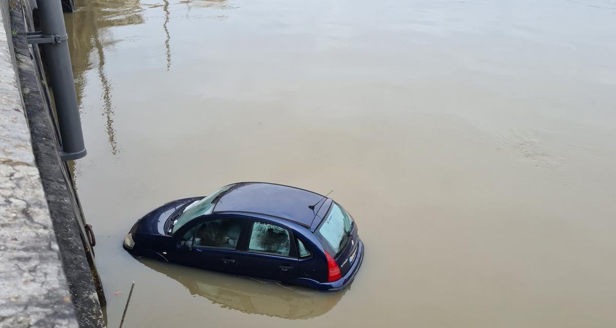 Piégée par la crue de la Saône, cette Citroën amuse beaucoup les internautes