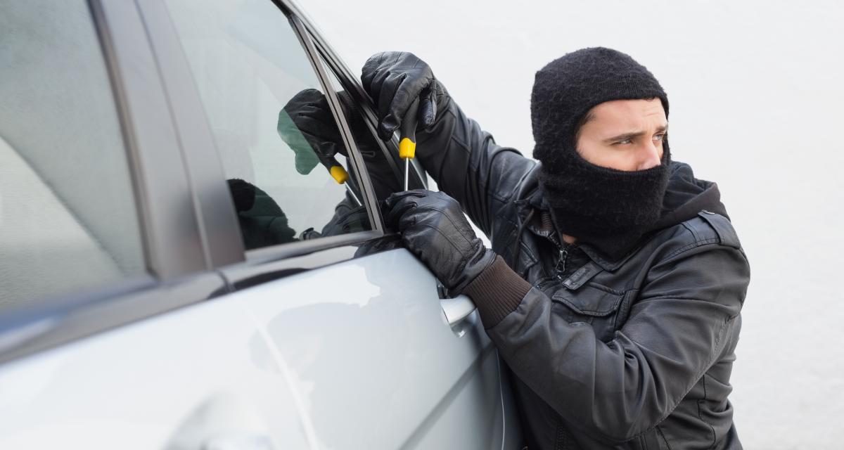 """""""Encore pardon. Les voleurs"""", deux italiens rapportent la voiture volée et repartent avec des remords"""