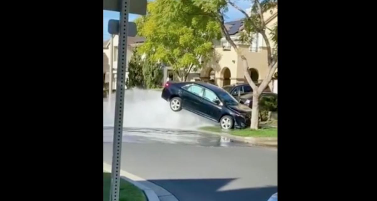 VIDEO - Cette Toyota soulevée par le jet d'une bouche à incendie est la chose la plus drôle que vous verrez aujourd'hui
