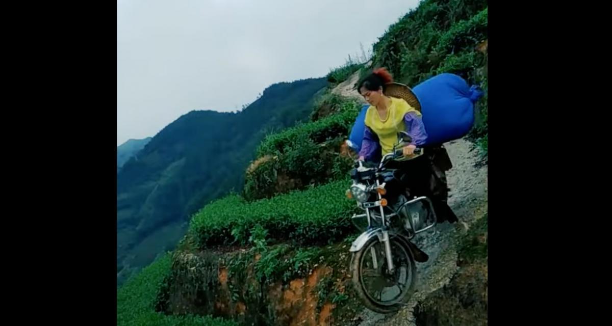 VIDEO - Sur des petites motos chargées, ces collecteurs de thé n'ont pas froid aux yeux face à ces routes mortelles