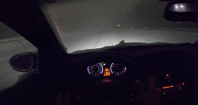 Une BMW E92 M3 circule au beau milieu d'une tempête de neige, c'est aussi impressionnant qu'effrayant