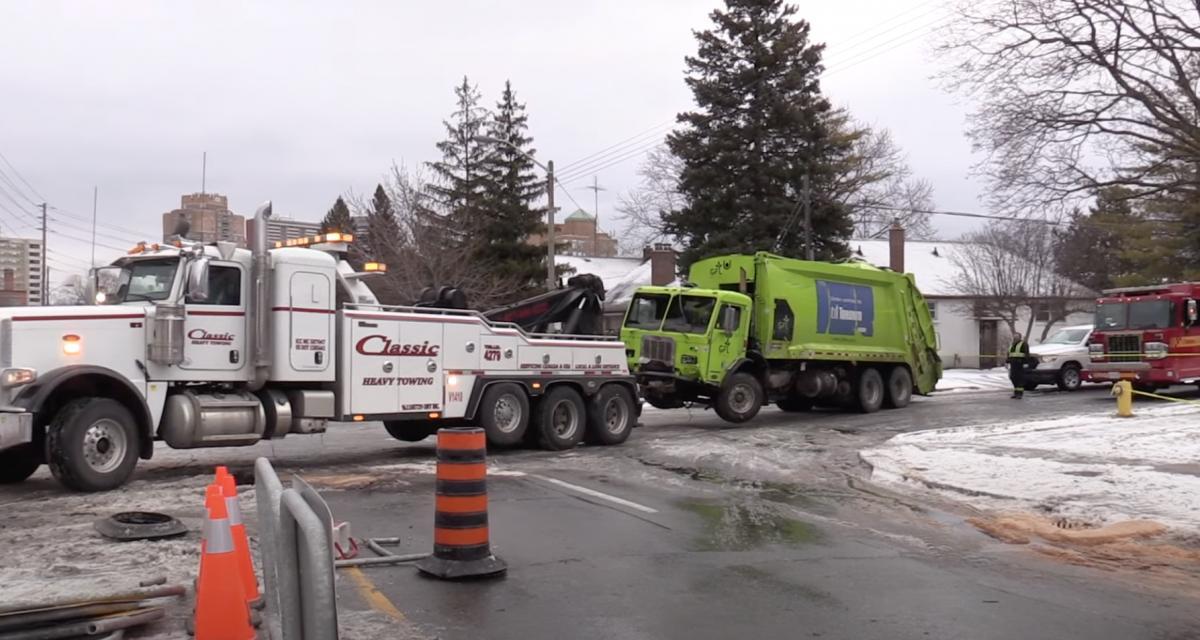 VIDEO - Le camion poubelle perd le contrôle à cause du verglas, 5 voitures détruites sur son passage