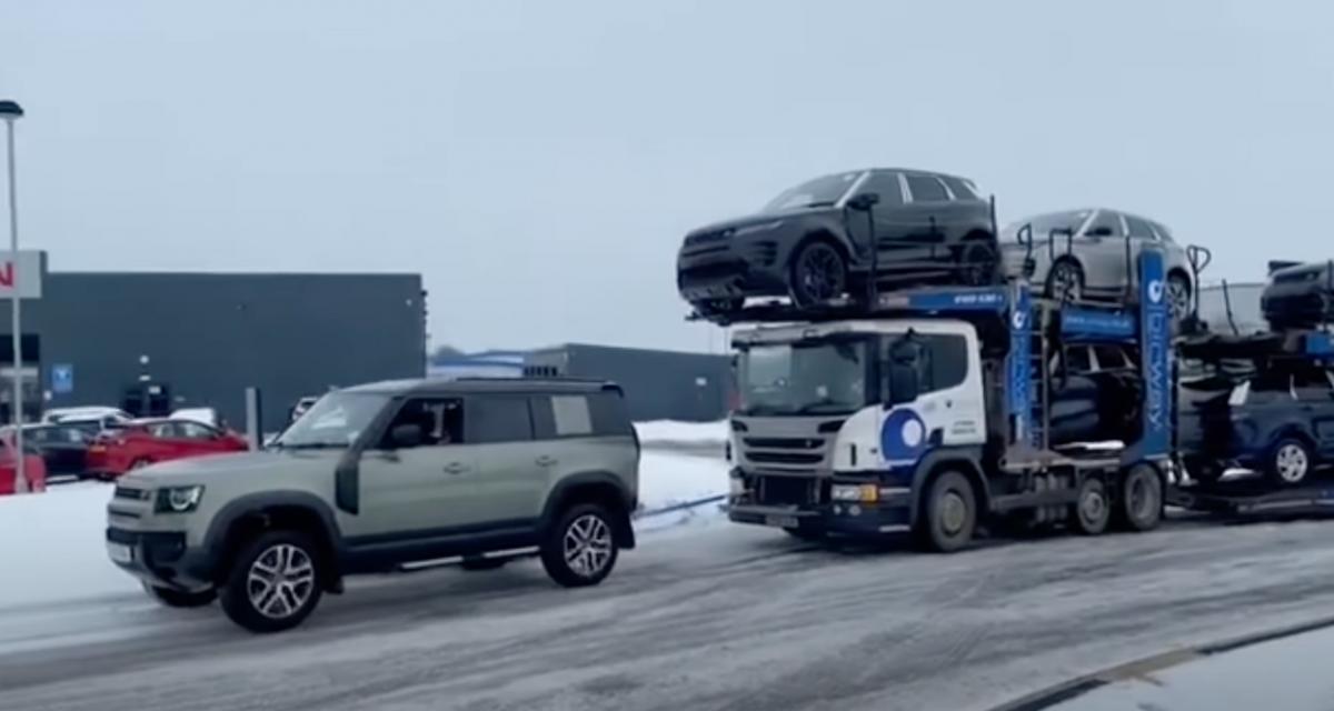 Sur la glace, ce Land Rover Defender tracte un camion chargé de 7 voitures comme si de rien n'était