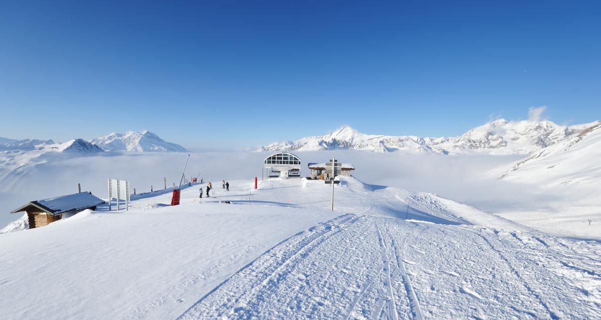 Pour permettre aux skieurs de s'amuser, Courchevel ouvre une piste avec un accès en voiture