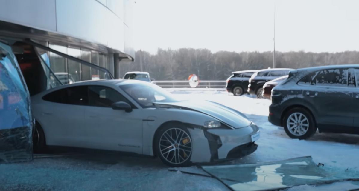 Ce YouTubeur russe confond les pédales et encastre un Porsche Taycan dans la vitrine du concessionnaire
