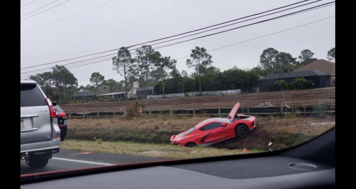 Une Corvette termine sa course dans le fossé, une scène de plus en plus récurrente