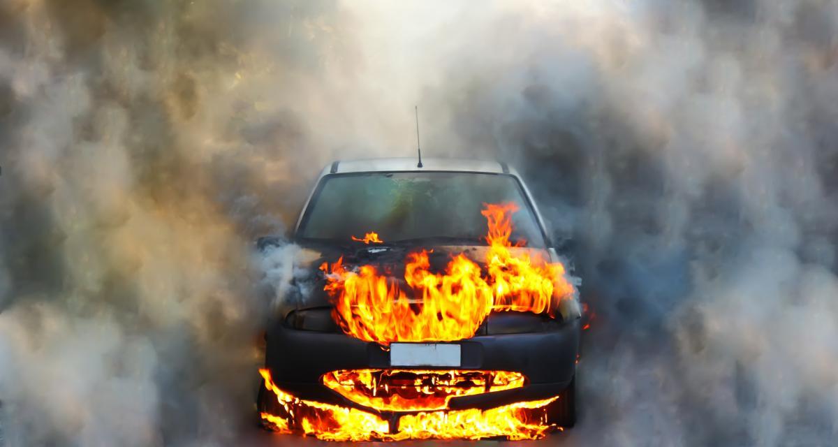 Ivre, sa voiture prend feu alors qu'il est sous l'emprise de drogues, deux jours après avoir perdu son permis