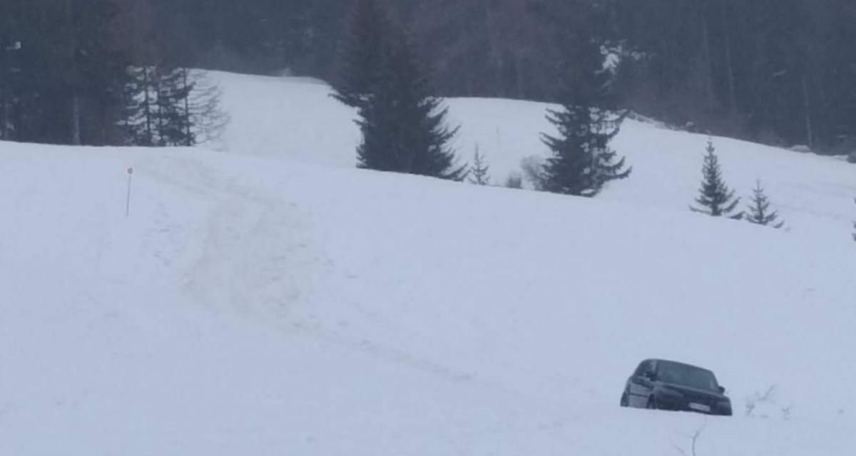 Les remontées mécaniques sont fermées ? Pas de problèmes on skie en voiture, à moins que les gendarmes s'en mêlent