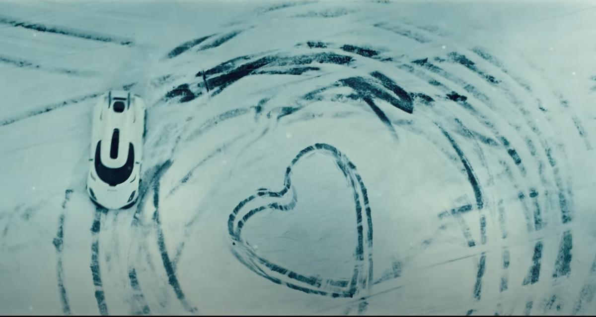 La Koenigsegg Regera dessine des cœurs en driftant sur la neige pour la Saint Valentin