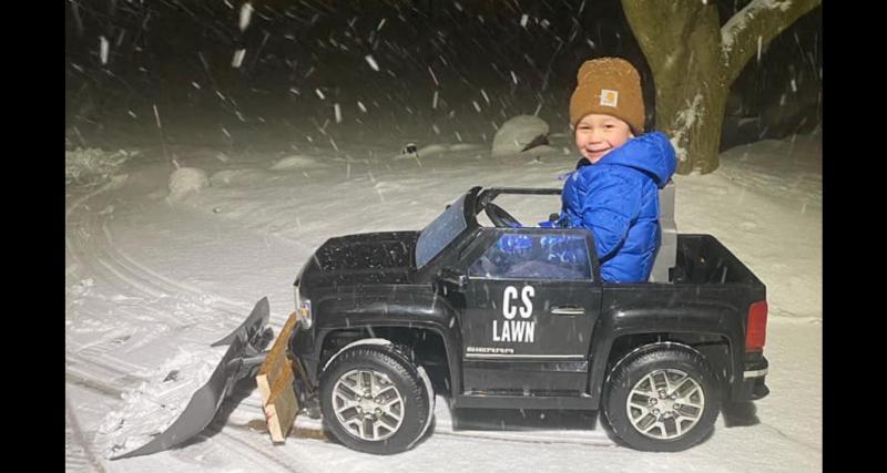 Comment rendre son fils de 4 ans utile en pleine tempête de neige ? Ajoutez une pelle à sa voiture électrique