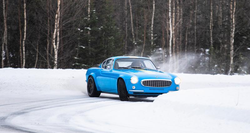 La Volvo P1800 Cyan en drift dans la neige pour le plaisir des yeux