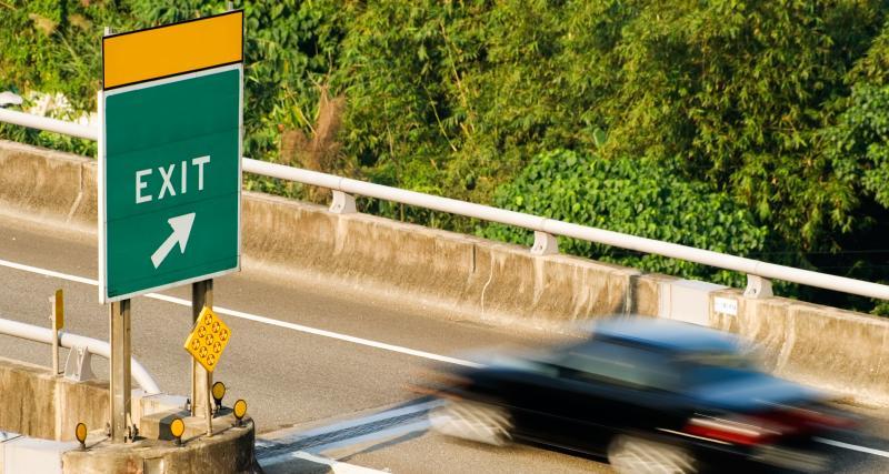 VIDEO - Quand l'idiot du jour doit absolument prendre une sortie d'autoroute, ça donne ça