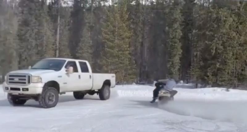 VIDEO - Quand une motoneige et un pick-up se lancent dans une session de drifts sur la glace, ça peut très vite partir en vrille