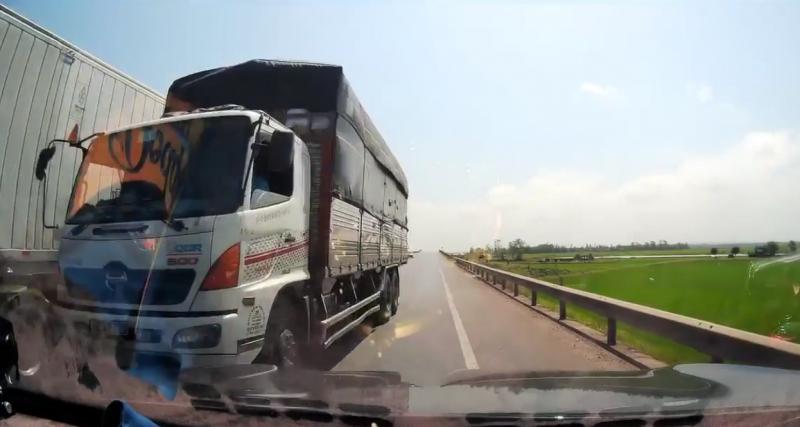 VIDEO - Lorsqu'un camion double un autre camion, cela peut vite devenir très dangereux
