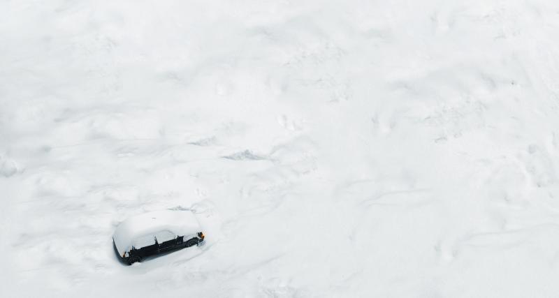 Une voiture se retrouve coincée sur une piste de ski en plein couvre-feu
