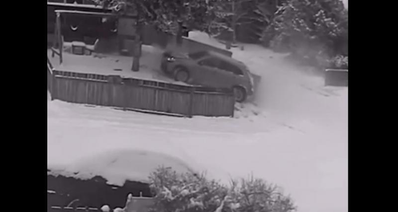 Sur une route enneigée, son SUV perd tout contrôle et termine sa course dans la palissade du voisin