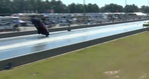 Sa voiture s'envole lors d'une course en ligne, le pilote doit son salut à un parachute