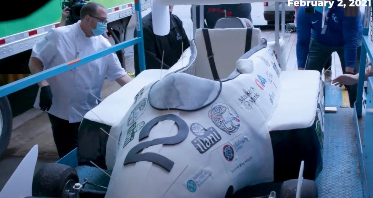 Aussi débile qu'impressionnant, cet homme bat le record de la voiture comestible la plus rapide du monde