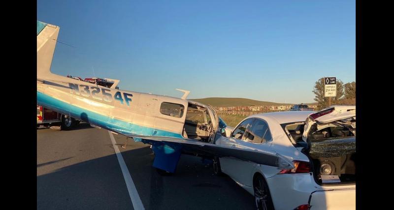 L'avion atterrit d'urgence sur une autoroute et s'encastre dans une Lexus