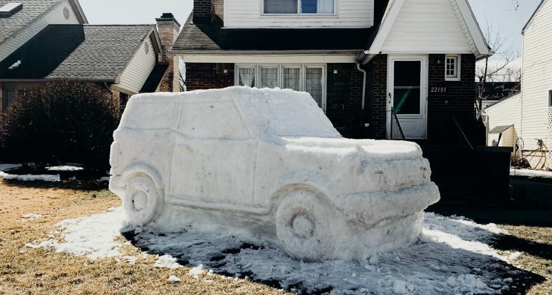 Employé modèle : ce technicien Ford sculpte un Ford Bronco… dans la neige