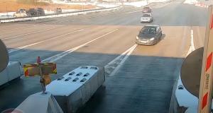 VIDEO - À droite ou à gauche, ce conducteur hésite à l'arrivée du péage, cela se termine en énorme crash
