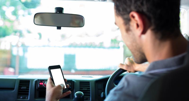 Téléphone au volant, conduite sans permis, délit de fuite : ce jeune adulte de seulement 18 ans a tout fait aux policiers