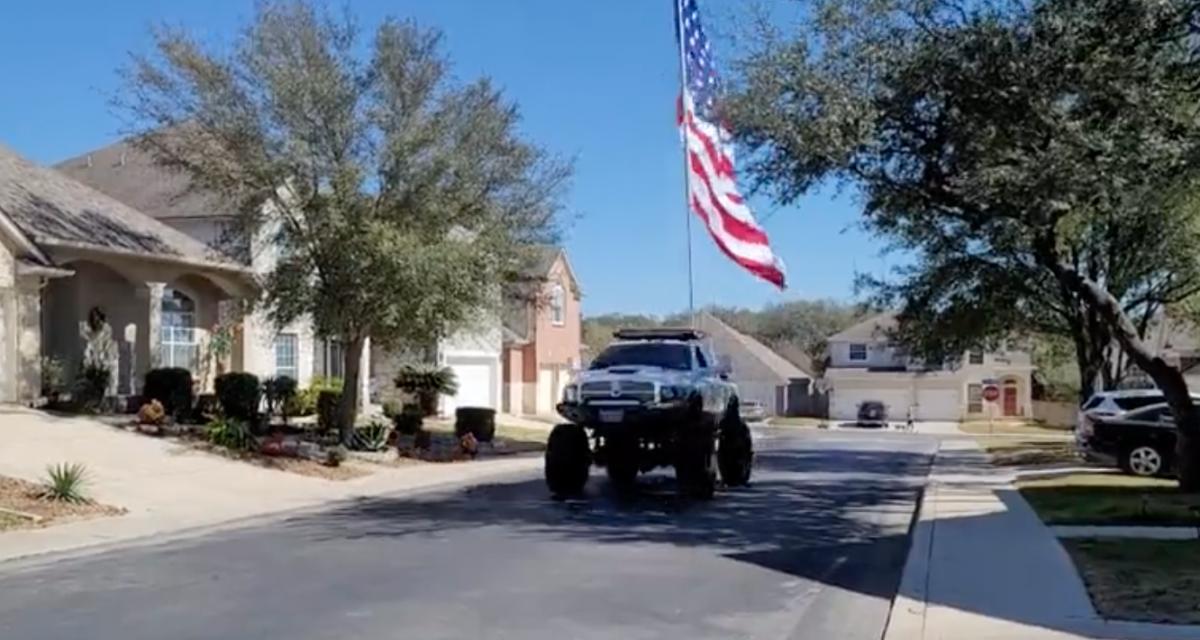 Il n'y a qu'aux USA que vous pourrez voir un monster truck avec un drapeau géant dans un quartier résidentiel