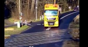 VIDEO - Si les barrières s'abaissent devant un passage à niveau, ce n'est pas pour rien…