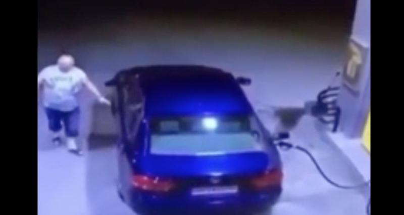 L'idiot du jour : il oublie de retirer le pistolet de carburant et part avec la moitié de la station-service