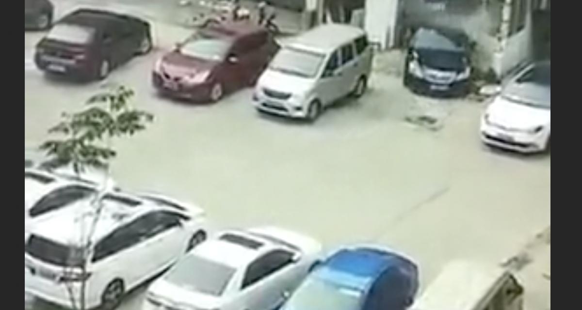 VIDEO - Il emboutit la façade d'une maison puis l'avant d'une voiture