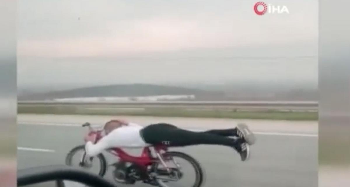 L'idiot du jour : allongé sur sa mobylette à 130 km/h, on a rarement vu plus stupide